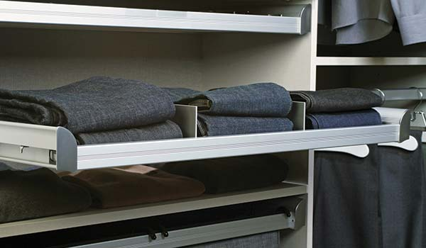 Closet accessory - Divider for pull-out closets shelves