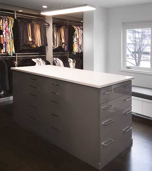 Example of a walk in closet in Stylite high gloss silver laminate