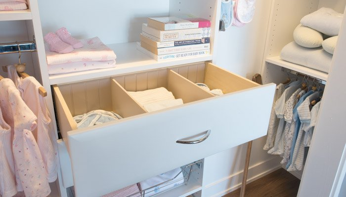 closet organizer system includes drawers with drawer dividers