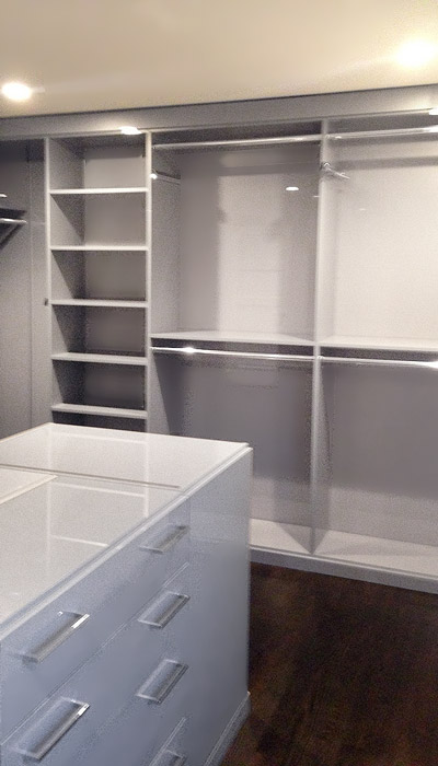 Gray closet in high gloss laminate