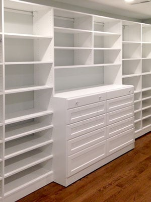 walk-in closet with shelves and center dresser