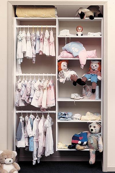 Reach-in closet for baby in white thermally fused laminate (TFL)